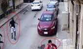بالفيديو.. محاولة رجل أسمر خطف طفلين داخل أحد الأحياء
