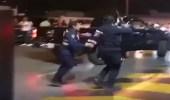 بالفيديو.. مشاجرة بين شباب وشرطيين بالكويت.. ورجل أمن يشهر سلاحه