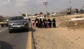 بالصور.. طالبات يذهبن لمنازلهن على الأقدام بسبب تعطل الحافلة الدراسية
