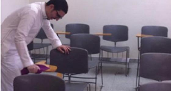 بالصور.. تغريدة لتنظيف الطلاب قاعة باحدى الجامعات تثير السخرية على مواقع التواصل