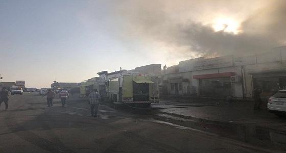 بالصور.. إصابة رجلي إطفاء إثر حريق نشب بمحل تجاري في جازان