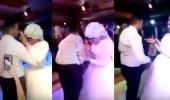 بالفيديو.. تصرف مفاجئ لعريس مع عروسه يصيبها بالصدمة