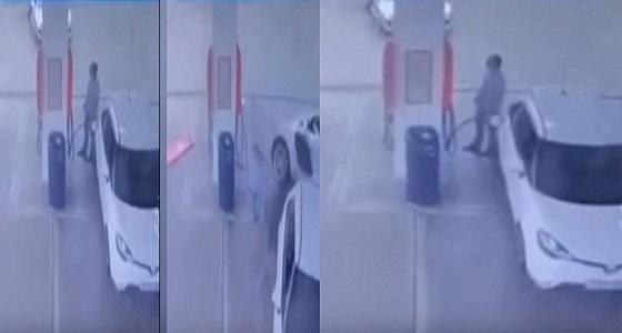 بالفيديو.. سيدة تفقد السيطرة على سيارتها وتطير فوق أخرى