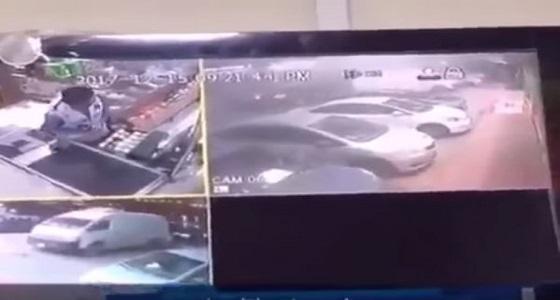 بالفيديو.. سطو مسلح على محل تجاري بالرياض