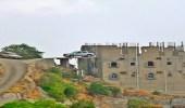 بالصورة.. مواطن يصمم موقف سيارة معلق بجبل فيفاء في جازان