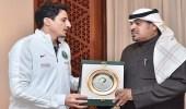 اتحاد القدم يكرم المشجع السعودي نواف الشمري