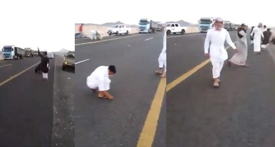"""بالفيديو.. توقف حركة السير بطريق """" الرين – بيشة """" لوجود مسامير"""