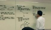 بالصور.. أستاذ جامعي يشعل الإنترنت بخطه على السبورة