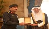 أمير مكة يكرم رجال الأمن لإفشالهم مخطط سرقة أحد البنوك