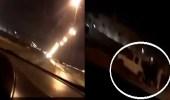 بالفيديو.. مفحط متهور يصدم شخص يقف علي الطريق