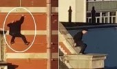 بالفيديو.. الرجل العنكبوت يقفز بين المباني بالسقالات