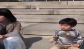 بالفيديو.. رد فعل طفل بعد خطف طائر لطعامه في لمح البصر