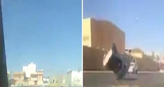 """بالفيديو.. مفحط ينقلب بسيارته """" جيب شاص """"إثر التفحيط"""