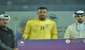 فايز الرشيدي يحصل على جائزة أفضل لاعب بعد فوز المنتخب العماني