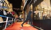 بالفيديو.. بطل ملاكمة يفتتح متجر بأمستردام عن طريق تحطيمه