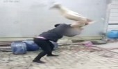 بالفيديو.. رجل يعذب كلبه بوحشيه حتى الموت ويتوعد بأكل جسده