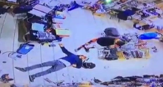 بالفيديو.. كويتي يسحل شاب مصري داخل سوبر ماركت