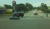 بالفيديو.. سقوط جثة من سيارة نقل الموتى بالطريق العام بين السيارات