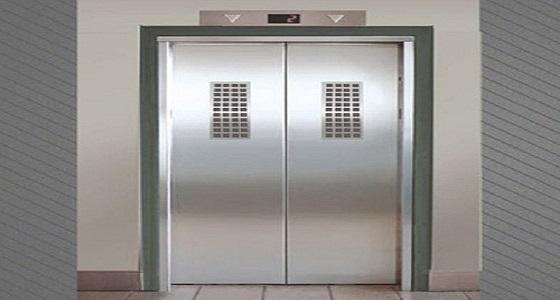 """"""" الداخلية """" تنقذ محتجزين بمصعد معطل بسبب الحمولة الزائدة"""