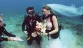 بالصور.. زوجان يتبادلان عهود الزواج بين الشعب المرجانية