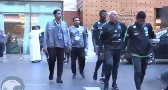 بالفيديو.. الأخضر يغادر لاستاد جابر الدولي في افتتاح خليجي 23