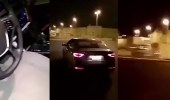 بالفيديو.. شخص يتلف سيارة حديثة في المدينة المنورة