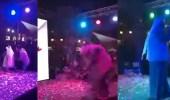 بالفيديو.. ألعاب نارية تسقط فنانا كويتيا على المسرح
