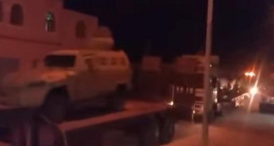 بالفيديو.. تعزيزات عسكرية سعودية ضخمة تصل إلى محافظة المهرة اليمنية