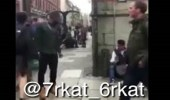 بالفيديو.. رجل يسرق متسولا بطريقة غريبة وطريفة