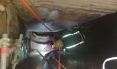 اختناق عامل آسيوي أثناء تنظيفه الخزان