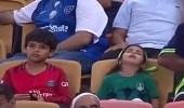 """بالفيديو.. طفلة نائمة بمدرجات الجوهرة والمعلق: """" خلوها نايمة """""""