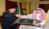 بالصور.. محافظ جدة يتسلم التقرير الإحصائي السنوي لدوريات أمن المحافظة