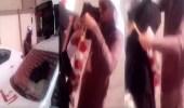بالفيديو.. زوج يفاجئ زوجته ويحتفل بتخرجها بطريقة رومانسية أمام كليتها