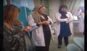 بالفيديو.. طبيبة تفاجىء زملائها بوصلة غناء داخل المكتب