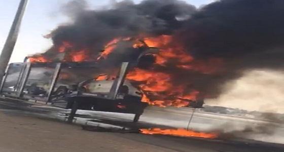 بالصور..اندلاع النيران في سيارات على متن شاحنة جنوب الأفلاج
