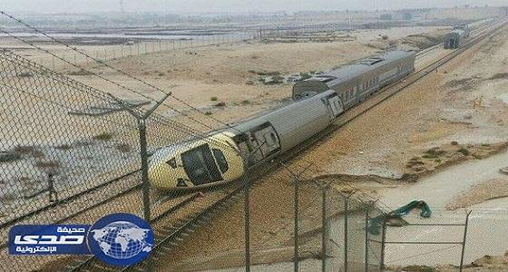 انقلاب سيارة نقل إثر اصطدامها بأحد القطارات
