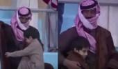 بالفيديو.. لفتة حنو لأب يحتضن إبنه ليحميه من البرد