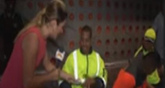 بالفيديو.. عامل يضع مذيعة في موقف محرج على الهواء