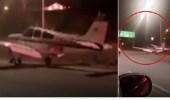 بالفيديو.. هبوط طائرة يفاجئ قائدي السيارات بكاليفورنيا
