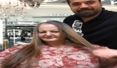 بالفيديو.. مصفف شعر يغير شكل سيدة عجوز بطريقة مذهلة