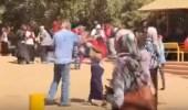 بالفيديو.. بالضرب والركل..عميد كلية بالسودان يتعدى على طالبة محتجة