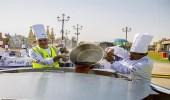 """بالصور.. الإمارات تدخل موسوعة """" جينيس """" بإعدادها أكبر كوب شاي بالعالم"""