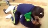 بالفيديو.. شجار عنيف بين طالبات وبعضهن