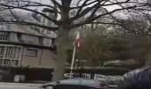 بالفيديو.. متظاهرون يسقطون علم إيران من مبنى السفارة في بروكسل