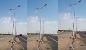 بالفيديو.. مواطن يناشد المسؤولين بمباشرة عمود مهدد بالسقوط على طريق جدة
