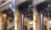 بالفيديو.. قط يأكل شاورما مكشوفة بمطعم مخالف