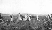 صورة نادرة.. الملك عبدالعزيز أثناء تفقد منجما للذهب عام 1938م