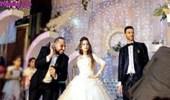 بالفيديو.. أصدقاء شاب يحاولون إثنائه عن الزواج في حفل زفافه