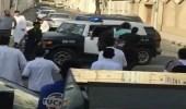 بالصور.. معتل نفسي يغلق طريقا في مكة ويربك الحركة.. والشرطة تتدخل