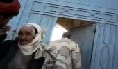 بالفيديو.. مليشيا الحوثي تهين أسرة اللواء علي محسن الأحمر بمنزله في سنحان